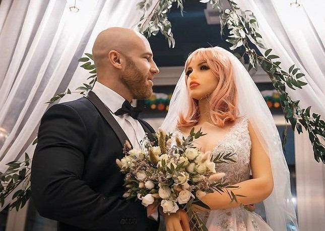 culturista ruso que se casa con su muñeca sexual