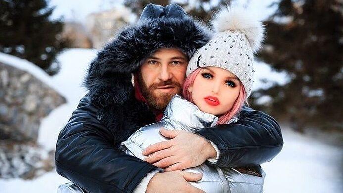 Yuri Tolochko, el culturista ruso que se casa con su muñeca sexual